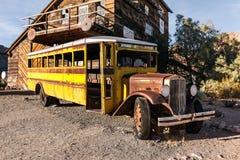 Старый ржавый желтый автобус в город-привидении Нельсон, США стоковое фото