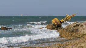 Старый ржавый желтый томбуй лежит на береге скалистого пляжа Таиланд Паттайя ashurbanipal видеоматериал