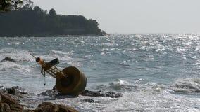 Старый ржавый желтый томбуй лежит на береге скалистого пляжа Таиланд Паттайя ashurbanipal сток-видео