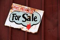 Старый ржавый знак который читает 'свойство для продажи' стоковое фото