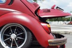Старый ржавый клобук зада автомобиля VW Фольксвагена красного цвета осмотренный для места для стоянки восстановления публично Стоковые Фото
