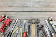 Старый ржавый комплект инструмента различных аппаратур для реновации дома Стоковое фото RF