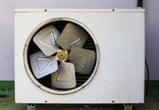 Старый ржавый кондиционер воздуха Стена Стоковые Фото