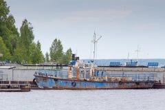 Старый ржавый корабль на реке Волге стоковое изображение rf