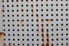 Старый ржавый металл закрывает отказ и старый свободно с квадратными отверстиями покрасьте текстуру Стоковое Изображение RF