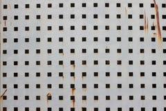 Старый ржавый металл закрывает отказ и старый свободно с квадратными отверстиями покрасьте текстуру Стоковые Изображения RF
