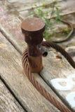 Старый ржавый пал зачаливания на деревянной пристани Стоковая Фотография RF