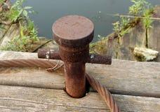 Старый ржавый пал зачаливания на деревянной пристани Стоковое Изображение