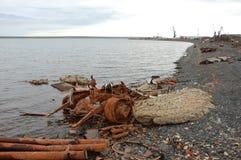 Старый ржавый покинутый корабль металла разделяет на ледовитом морском побережье Стоковые Фото
