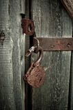 Старый ржавый раскрытый замок без ключа Винтажная деревянная дверь, конец вверх по фото концепции Стоковое Фото