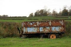 Старый ржавый трейлер в поле Стоковая Фотография RF