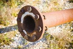 Старый ржавый трубопровод с фланцом и болтами стоковые фотографии rf