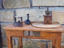 Старый ржавый утюг антиквариата 2 с деревянной ручкой, молотилкой кофе руки стоковое фото rf
