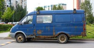 Старый ржавый фургон стоковое изображение