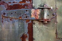 Старый ржавый шарнир металла на двери металла Стоковая Фотография
