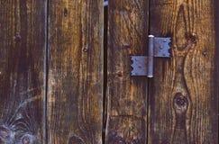 Старый ржавый шарнир на деревянной двери Стоковое Фото