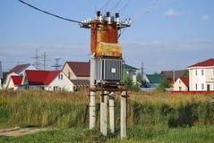 Старый ржавый электрический распределительный трансформатор стоковые изображения rf