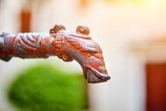 Старый ржавый faucet металла в форме головы рыб, лошади или d Стоковая Фотография RF