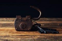 Старый ржавый padlock и ключи Стоковые Фото