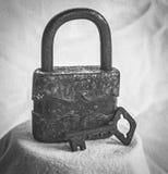 Старый ржавый padlock и ключ Стоковые Фотографии RF