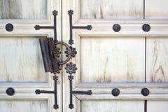 Старый ржавый padlock на белой двери деревянной Стоковое Изображение