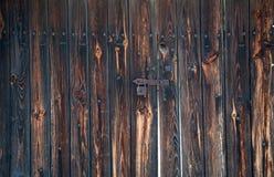 Старый, ржавый padlock на деревянных дверях ангара Стоковые Изображения