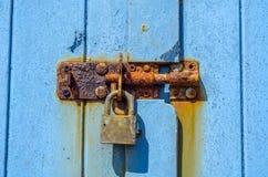 Старый ржавый padlock на деревянных дверях, старая синь разрушил дверь, ржавчину Стоковые Фотографии RF