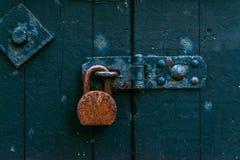 Старый ржавый padlock на деревянных дверях, старый зеленый цвет разрушил дверь, безопасную Стоковое Изображение RF