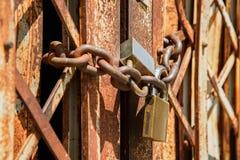 Старый ржавый padlock на старой ржавой железной двери Стоковые Изображения RF