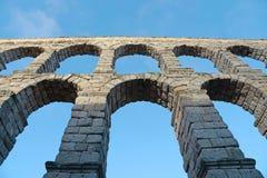 Старый римский waterworks acqueduct в Сеговии, Испании Стоковые Фото