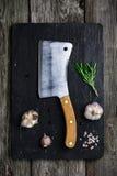 Старый дровосек мяса на деревянных ингридиентах разделочной доски и варить Стоковые Фото