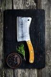 Старый дровосек мяса на деревянных ингридиентах разделочной доски и варить Стоковое Изображение RF