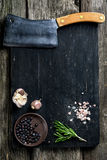 Старый дровосек мяса на деревянных ингридиентах разделочной доски и варить Стоковые Изображения RF