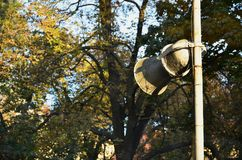 Старый рожок с краской шелушения установлен на штендер Прибор для передачи устной информации стоковая фотография