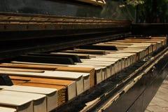Старый рояль на улице Стоковая Фотография RF