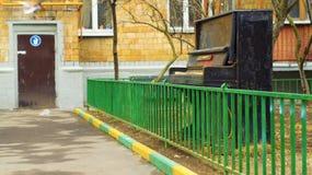 Старый рояль покинутый outdoors Стоковая Фотография
