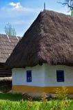 Старый румынский традиционный дом глины и тростника деревни Стоковые Фото