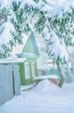 Старый русский загородный дом покрытый с снегом Стоковая Фотография