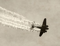 Старый самолет в дыме Стоковое фото RF
