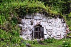 Старый сарай белизны камней на горном склоне Стоковые Фото
