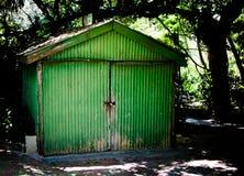 Старый сарай зеленого цвета Стоковая Фотография