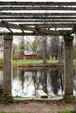 Старый сарай около озера пасмурный день осени Стоковое Фото