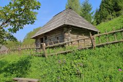 Старый сельский дом на зеленом холме Стоковая Фотография RF