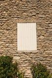 Старый сельский дом со шторками, Провансаль стоковые изображения rf
