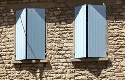 Старый сельский дом с голубыми штарками, Провансаль, стоковые фото