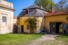 Старый сельский дом с коттеджем и воротами стоковые изображения