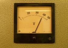 Старый сетноой-аналогов метр вольта Старая измеряя аппаратура с стрелкой и масштабом белизны Стоковые Фото