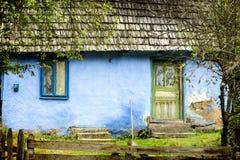 Старый сельский дом в лесе осени Стоковая Фотография RF