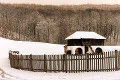 Старый сельский дом в зиме стоковые фотографии rf