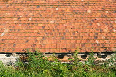 Старый сельский дом с оранжевой крыть черепицей черепицей крышей Стоковое Изображение RF